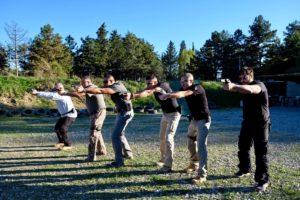 Allievi del corso di tiro con arma corta pronti a far fuoco, tecnica di puntamento