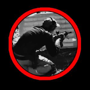 Corso di tiro tattico difensivo con rifle, operatore accucciato dietro un riparo basso