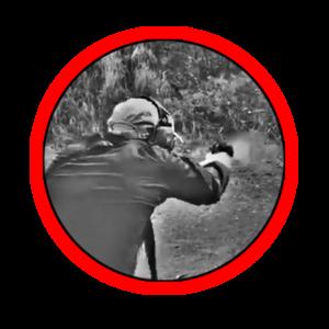 Corso di tiro tattico difensivo con la pistola, l'operatore spara al bersaglio