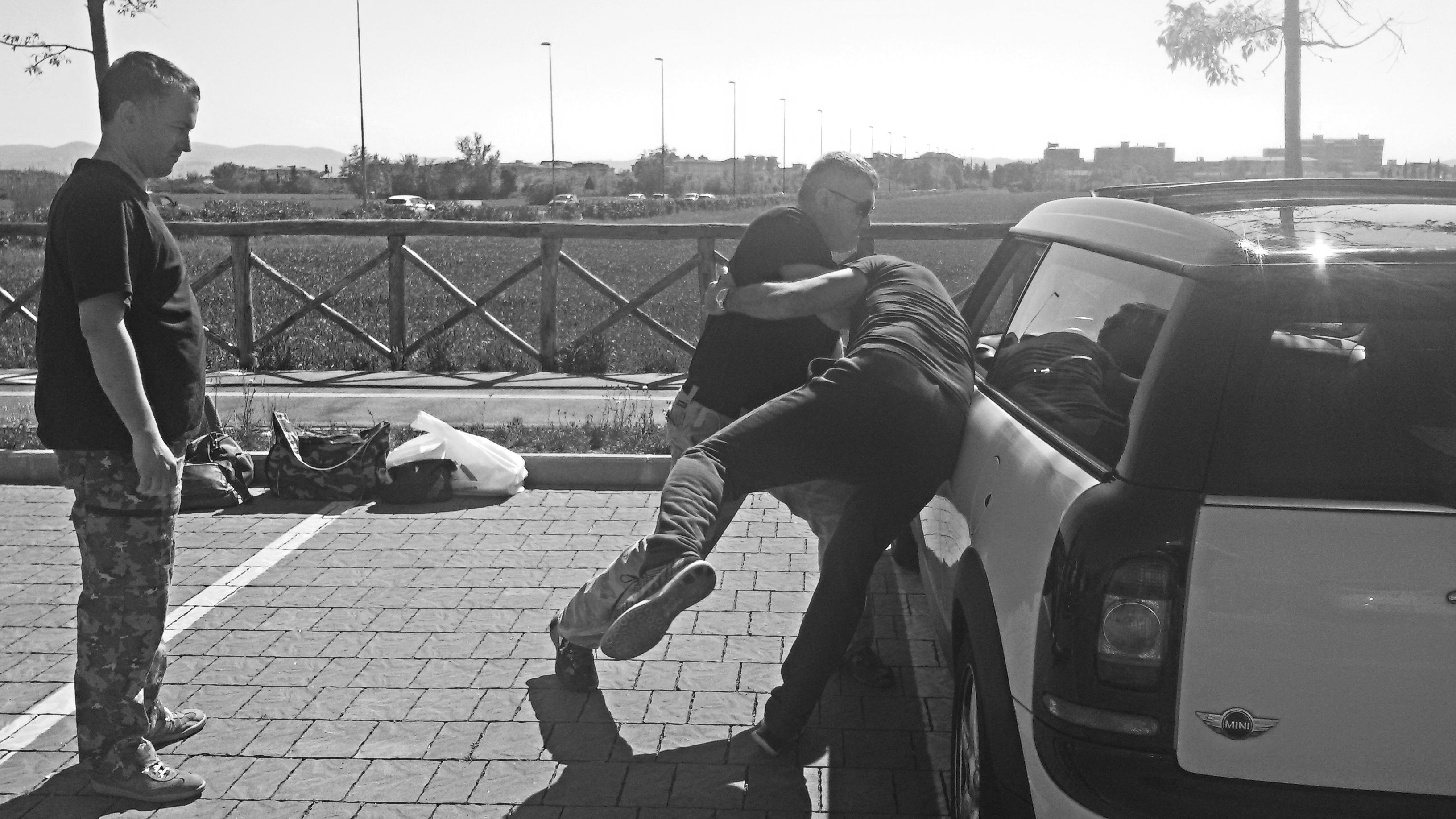 Tecnica di difesa da aggressione prima di entrare in auto