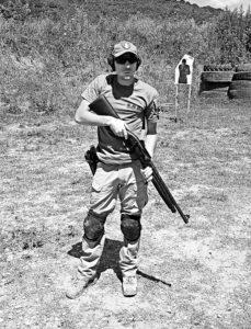 Matteo Laffi al poligono: imbraccia il fucile ed è pronto a spiegare una tecnica di tiro da difesa