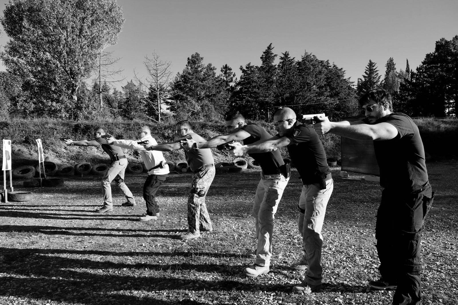 Tiro da difesa in gruppo: gli allievi in puntamento subito prima dello sparo